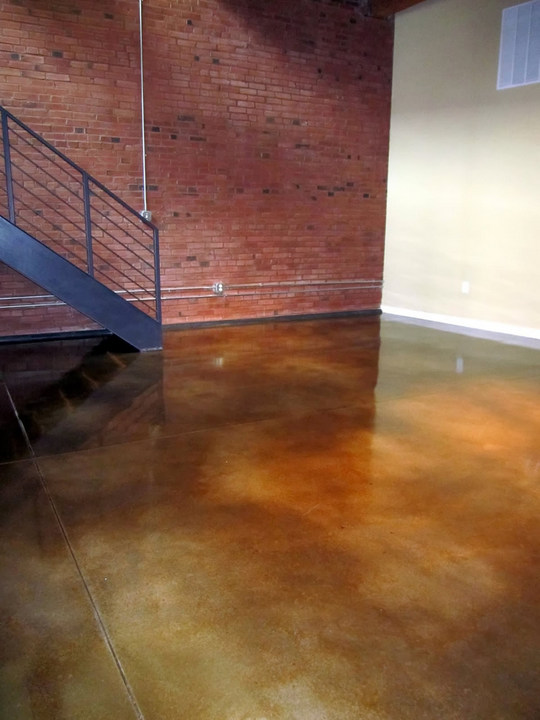 Varnish for floor tiles